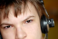 Retrato de um menino nos fones de ouvido Imagens de Stock
