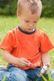Retrato de um menino novo. Imagens de Stock