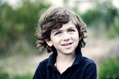 Retrato de um menino novo bonito fora Fotos de Stock