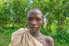 Retrato de um menino novo do tribo africano Suri fotografia de stock royalty free