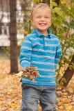Retrato de um menino novo no parque do outono. Foto de Stock Royalty Free