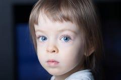 Retrato de um menino pequeno com close-up do gás azul e do cabelo louro Foto de Stock Royalty Free