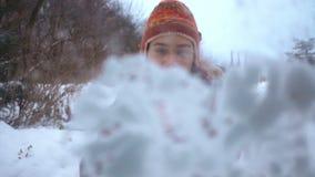Retrato de um menino que jogue o movimento lento das bolas de neve vídeos de arquivo