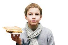 Retrato de um menino que oferece um waffle - isolado no branco Imagens de Stock Royalty Free