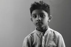Retrato de um menino sombrio foto de stock