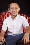 Retrato de um menino Teenaged no sofá fotografia de stock