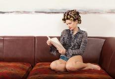 Retrato de um modelo com um livro Imagem de Stock Royalty Free