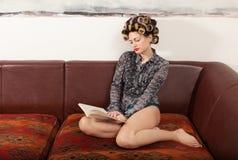 Retrato de um modelo com um livro Imagens de Stock