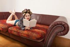 Retrato de um modelo com um livro Imagens de Stock Royalty Free