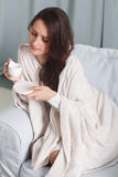 Retrato de um modelo com uma xícara de café Imagem de Stock Royalty Free