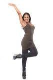 Retrato de um modelo de forma fêmea feliz que sorri com o braço aumentado Fotografia de Stock Royalty Free
