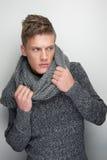 Modelo de forma masculino que guardara o lenço do inverno imagem de stock royalty free