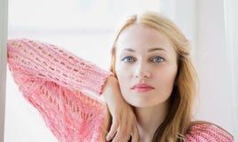 Retrato de um modelo fêmea bonito no fundo branco foto de stock royalty free