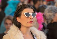 Retrato de um modelo fêmea na rua em um festival foto de stock