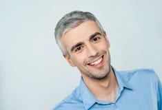 Retrato de um modelo masculino esperto foto de stock