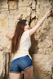 Retrato de um montanhista bonito da jovem mulher Fotos de Stock Royalty Free