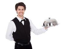 Retrato de um mordomo com laço e bandeja de curva imagens de stock royalty free