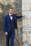 Retrato de um noivo considerável em um terno azul imagem de stock royalty free