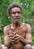 Retrato de um oldman do papuan de um tribo do korowai Fotografia de Stock