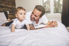 Retrato de um pai com seus nove meses do bebê idoso Imagens de Stock Royalty Free