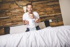Retrato de um pai com seus nove meses do bebê idoso Imagens de Stock
