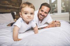 Retrato de um pai com seus nove meses do bebê idoso Fotografia de Stock Royalty Free