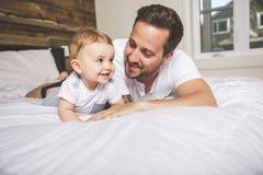 Retrato de um pai com seus nove meses do bebê idoso Imagem de Stock Royalty Free