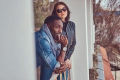 Retrato de um par à moda atrativo Indivíduo afro-americano w foto de stock royalty free