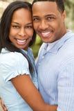 Retrato de um par afro-americano feliz que sorri e que abraça foto de stock