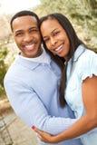 Retrato de um par afro-americano feliz que sorri e que abraça fotografia de stock