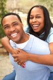 Retrato de um par afro-americano feliz que sorri e que abraça imagem de stock royalty free