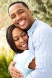Retrato de um par afro-americano feliz que sorri e que abraça foto de stock royalty free