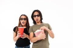 Retrato de um par asiático novo chocado nos vidros 3d Fotografia de Stock Royalty Free