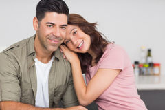 Retrato de um par de sorriso na cozinha Fotos de Stock Royalty Free