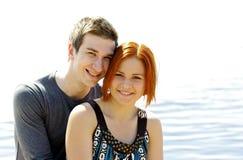 Retrato de um par feliz bonito novo fora Fotografia de Stock Royalty Free