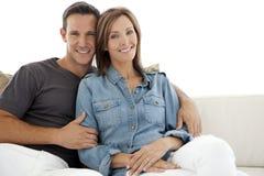 Retrato de um par feliz em casa Imagens de Stock