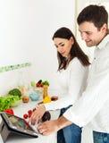Retrato de um par feliz na cozinha Imagens de Stock Royalty Free