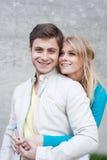 Retrato de um par feliz novo no amor imagens de stock