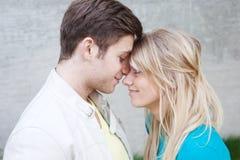 Retrato de um par feliz novo no amor imagem de stock
