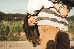 Retrato de um par novo de amantes felizes e engra?ados fora imagens de stock
