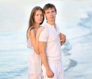 Retrato de um par novo bonito no amor no verão foto de stock royalty free