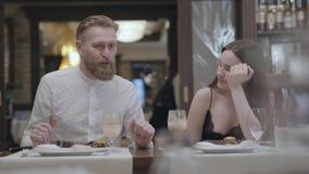 Retrato de um par novo bonito que janta em um caf? ou em um restaurante Os s?cios comunicam-se ao relaxar em um caf? E filme