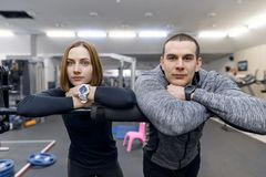 Retrato de um par novo no gym Esporte, treinamento, fam?lia e estilo de vida saud?vel imagens de stock