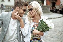 Retrato de um par novo sobre primeiramente uma data Foto de Stock