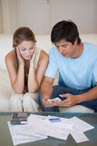 Retrato de um par que olha suas contas Fotografia de Stock Royalty Free