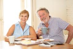 Retrato de um par superior bonito que come o café da manhã junto fotografia de stock royalty free