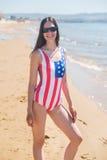 Retrato de um patriota da mulher dos EUA no oceano Imagem de Stock