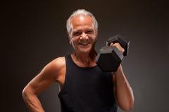 Retrato de um peso de levantamento do homem superior Fotos de Stock Royalty Free