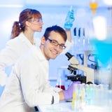 Profissionais dos cuidados médicos no laboratório. Foto de Stock