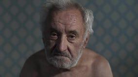 Retrato de um pobre homem idoso em casa filme